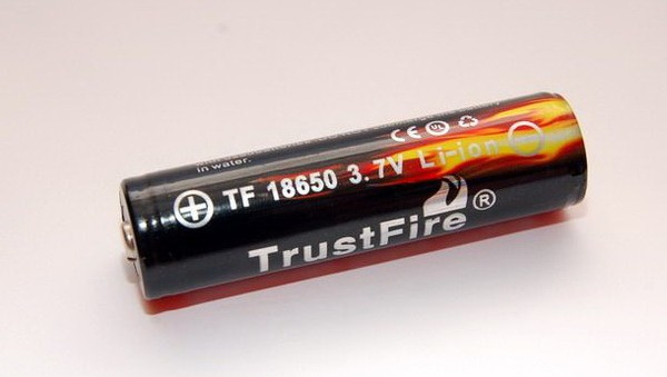 Trustfire 18650 Battery 3.7V 3000mAh Li-ion con il tasto in alto